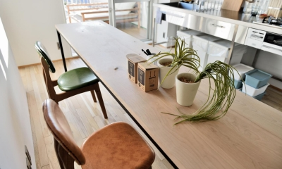 """オーダー家具の合う住まい。憧れのシングルライフを満喫する""""男子リノベ"""" (チェリー材×アイアンの造作テーブル)"""