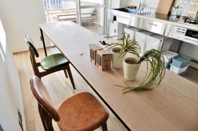 """チェリー材×アイアンの造作テーブル (オーダー家具の合う住まい。憧れのシングルライフを満喫する""""男子リノベ"""")"""