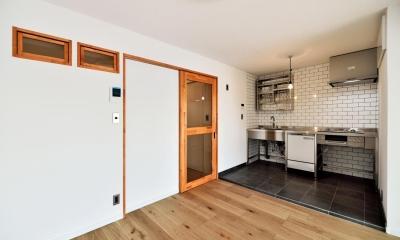 LDK:キッチン部分|シンプル&インダストリアル。変則1LDKで始まる家族のリノベ暮らし
