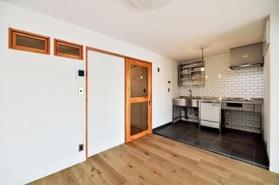 LDK:キッチン部分 (シンプル&インダストリアル。変則1LDKで始まる家族のリノベ暮らし)