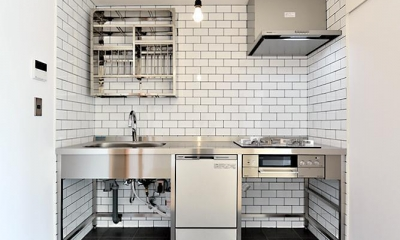 真正面からのキッチン|シンプル&インダストリアル。変則1LDKで始まる家族のリノベ暮らし