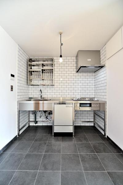真正面からのキッチン (シンプル&インダストリアル。変則1LDKで始まる家族のリノベ暮らし)