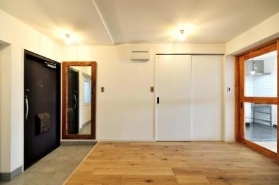 玄関と続きになった居室 (シンプル&インダストリアル。変則1LDKで始まる家族のリノベ暮らし)