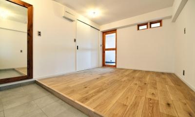 玄関を背に見た居室|シンプル&インダストリアル。変則1LDKで始まる家族のリノベ暮らし
