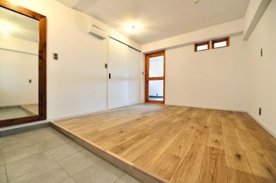 玄関を背に見た居室 (シンプル&インダストリアル。変則1LDKで始まる家族のリノベ暮らし)