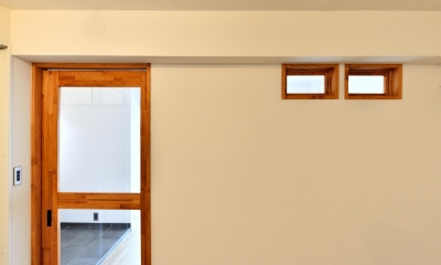 シンプル&インダストリアル。変則1LDKで始まる家族のリノベ暮らし (室内窓とクリアガラスの框戸)