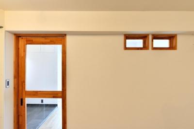 室内窓とクリアガラスの框戸 (シンプル&インダストリアル。変則1LDKで始まる家族のリノベ暮らし)
