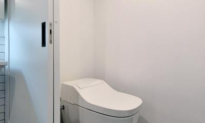 シンプル&インダストリアル。変則1LDKで始まる家族のリノベ暮らし (タンクレストイレとタイル床)