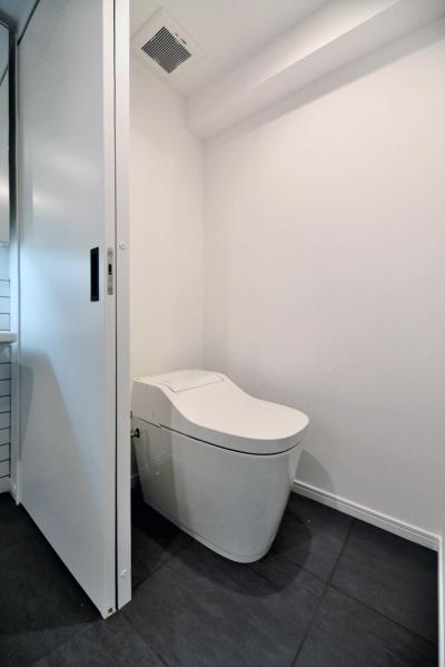 タンクレストイレとタイル床 (シンプル&インダストリアル。変則1LDKで始まる家族のリノベ暮らし)