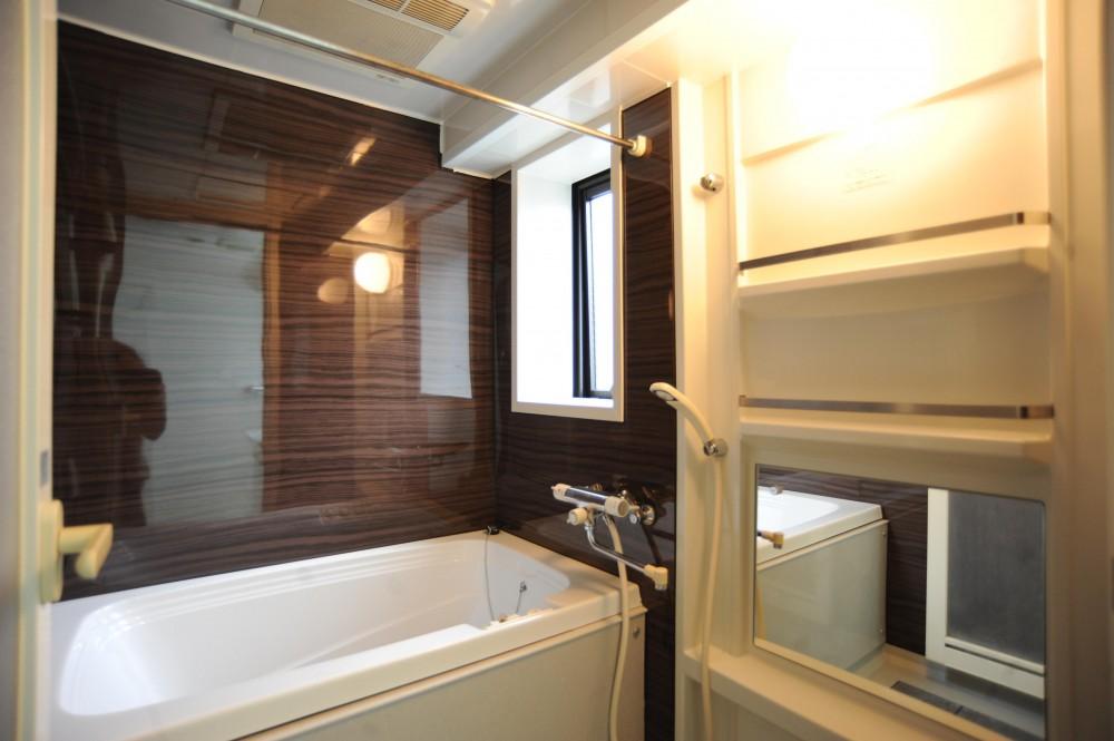 オリジナル家具がポイントのナチュラルリノベーション(渋谷区・マンション) (開放的で明るいバスルーム)