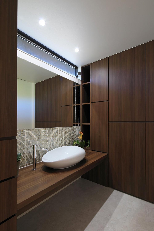 洗面室 (癒しの森の中の平屋住宅)