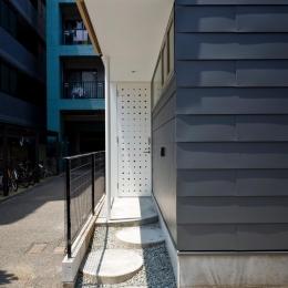 三ツ沢中町の住宅 (飛び石のある玄関アプローチ)