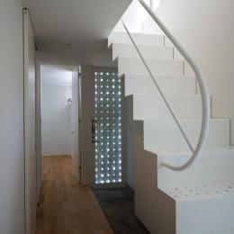 三ツ沢中町の住宅-光が漏れる玄関扉