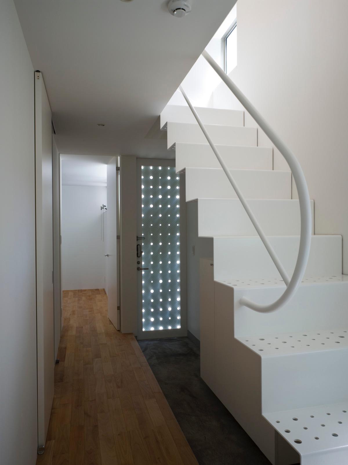 三ツ沢中町の住宅の部屋 光が漏れる玄関扉