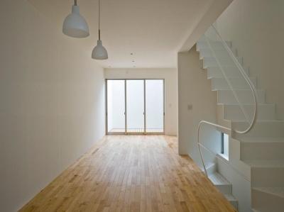 三ツ沢中町の住宅 (2階に敷地いっぱいの広さのLDK)