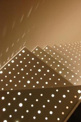 三ツ沢中町の住宅 (階段のパンチングメタルから落ちる光)