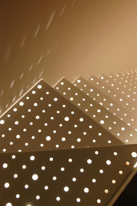 三ツ沢中町の住宅の写真 階段のパンチングメタルから落ちる光
