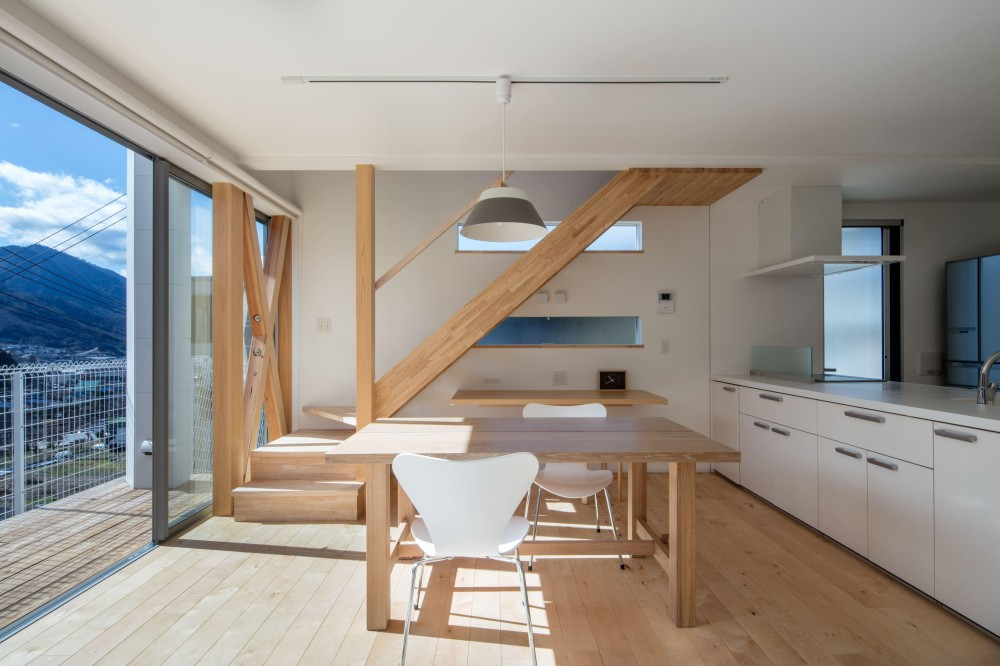 髙志 俊明「中野の家Ⅲ 高台の旗竿敷地の住宅。高台の利点を活かし家族の思いを詰込んだ」