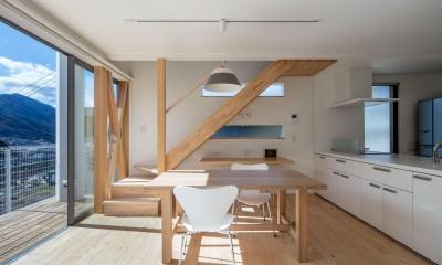 中野の家Ⅲ 高台の旗竿敷地の住宅。高台の利点を活かし家族の思いを詰込んだ (階段)
