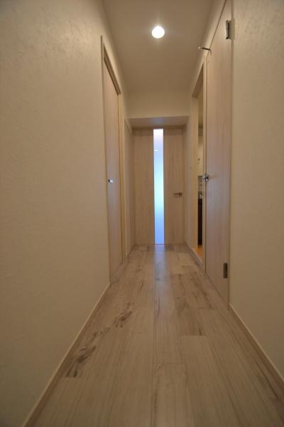 細かな間取り変更で実用的に。家具の配色にまでこだわった統一感のある空間 (玄関ホール)