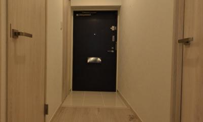 細かな間取り変更で実用的に。家具の配色にまでこだわった統一感のある空間 (玄関)