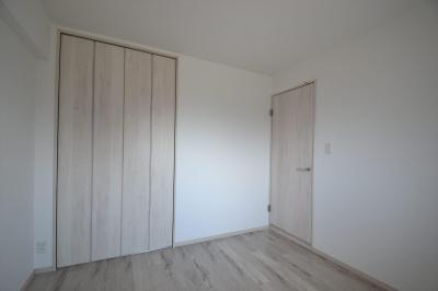 洋室 (細かな間取り変更で実用的に。家具の配色にまでこだわった統一感のある空間)