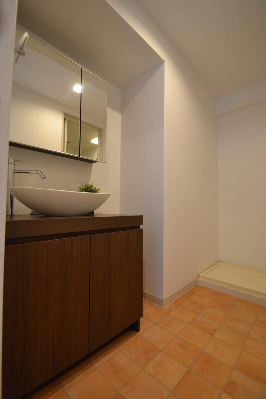 細かな間取り変更で実用的に。家具の配色にまでこだわった統一感のある空間 (洗面化粧台)