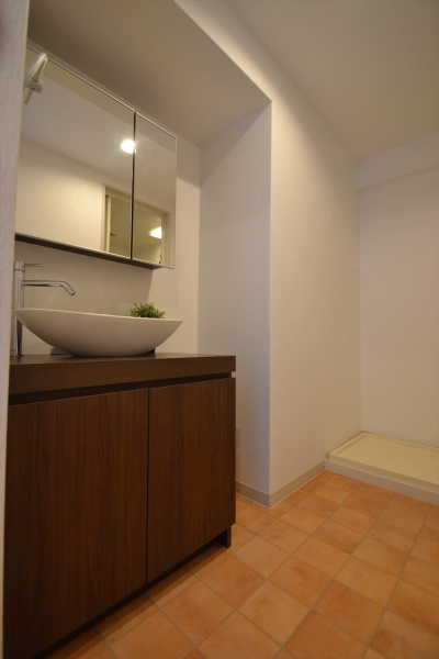 洗面化粧台 (細かな間取り変更で実用的に。家具の配色にまでこだわった統一感のある空間)
