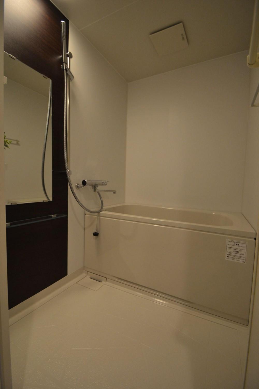 細かな間取り変更で実用的に。家具の配色にまでこだわった統一感のある空間 (ユニットバス)