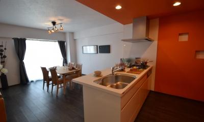 細かな間取り変更で実用的に。家具の配色にまでこだわった統一感のある空間 (キッチン)