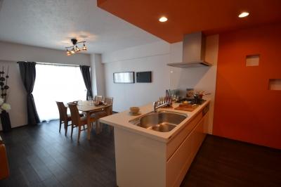 キッチン (細かな間取り変更で実用的に。家具の配色にまでこだわった統一感のある空間)