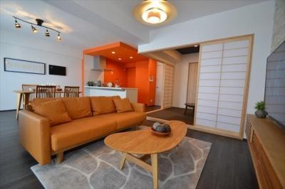 細かな間取り変更で実用的に。家具の配色にまでこだわった統一感のある空間 (LDK)