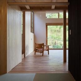 森林公園の家-和室からリビングを眺める