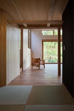 森林公園の家 (和室からリビングを眺める)