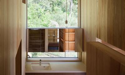 森林公園の家 (光が差し込む洗面台)