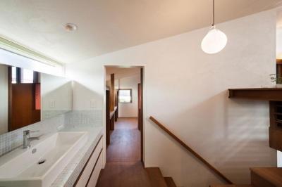 タイルがインパクトのある洗面台 (長野の家)