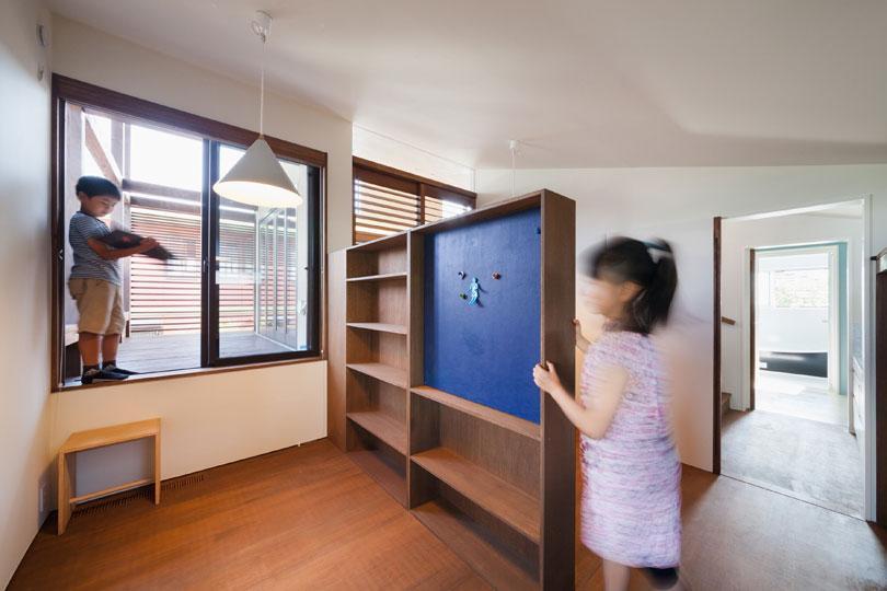 長野の家の写真 ブルーの造作棚のある子供部屋