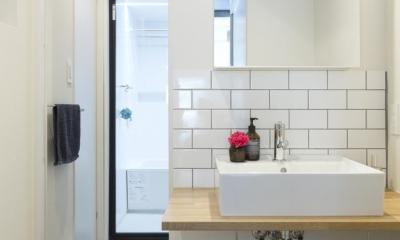 くつろぎのスペースを大きく確保。子供も猫ものびのび過ごせる温もりの家。 (バスルームへ続く洗面台)