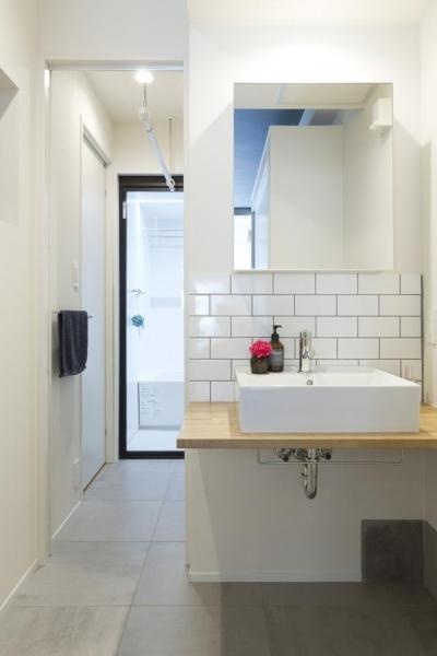バスルームへ続く洗面台 (くつろぎのスペースを大きく確保。子供も猫ものびのび過ごせる温もりの家。)
