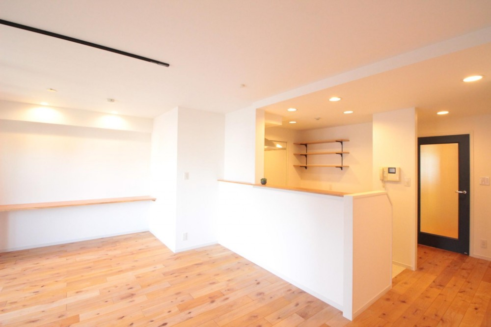 LDK (横浜の築浅マンション アルダー無垢材で素朴な空間に)