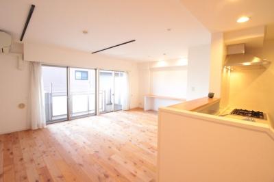 横浜の築浅マンション アルダー無垢材で素朴な空間に (LDK)