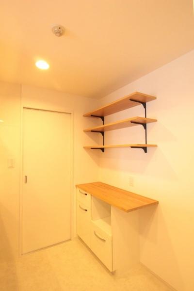 横浜の築浅マンション アルダー無垢材で素朴な空間に (キッチン)