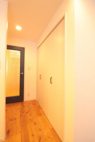 横浜の築浅マンション アルダー無垢材で素朴な空間に (LDK 収納)