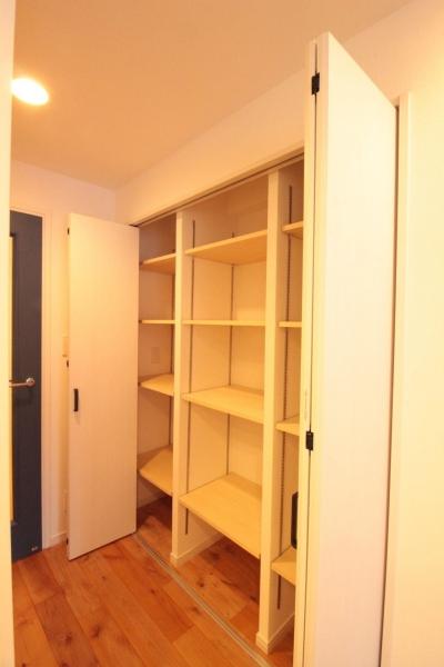 横浜の築浅マンション アルダー無垢材で素朴な空間に (LDK 収納内部)
