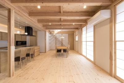 木と鉄骨階段の家 (鉄骨階段のあるリビング)