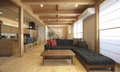鉄骨階段のあるリビング|木と鉄骨階段の家