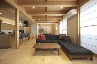 鉄骨階段のあるリビング (木と鉄骨階段の家)