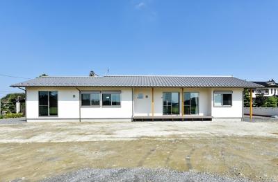 書斎やスタディーのある瓦屋根の家 (東西に長い日当たりの良い外観)