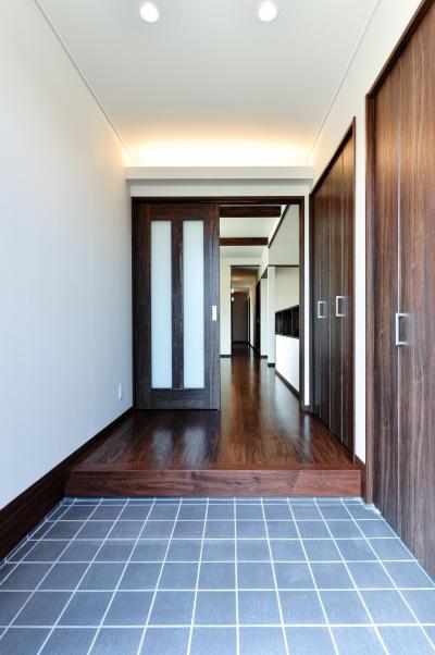書斎やスタディーのある瓦屋根の家 (収納豊富な間接照明の玄関)
