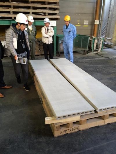 工場にて外壁試作品の検査 (蔵前の小さな家)